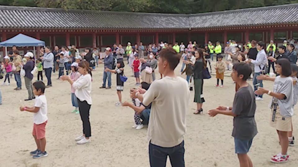 竹とんぼを一斉に飛ばす催し(2019年10月20日、八幡市)